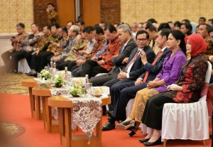 Photo Caption: President Jokowi talks with Cabinet Secretary Pramono Anung at the dissemination of Tax Amnesty in Semarang (9/8)