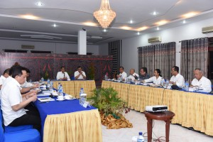 Photo Caption: President Jokowi leads a limited meeting on the acceleration of implementation of the maritime fulcrum vision on Saturday (20/8), at Inna Parapat Hotel, North Sumatra