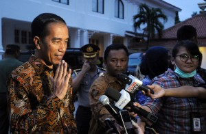 Photo caption: President Jokowi talks to reporters after meeting with Indonesia's culture experts at the National Gallery, Jakarta (23/8). (Photo by: Public Relations Division/Jay)