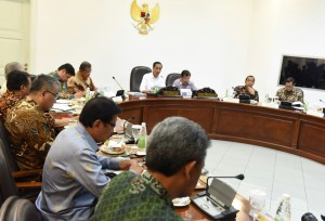 Photo Caption: President Jokowi leads a limited meeting on Agrarian Reform on Wednesday (24/8), at the Presidential Office, Jakarta