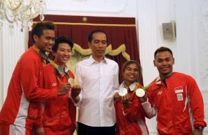 Photo Caption: President Jokowi poses with gold medalists of 2016 Rio de Janeiro Olympic Games Tontowi Yahya and Liliyana Natsir, and silver medalists Sri Wahyuni and Eko Yuli on Wednesday (24/ 8), at the State Palace, Jakarta