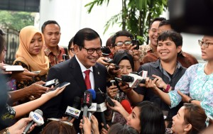 Photo Caption: Cabinet Secretary Pramono Anung responds to reporters' questions after the inauguration of General Elections Commission (KPU) Commissioner Hasyim Asy'ari on Monday (29/8), at the State Palace, Jakarta