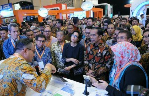 Photo Caption: President Joko Widodo inspects the exhibition of Indonesia Fintech Festival and Conference (IFFC) on Tuesday (30/8), at the Indonesia Convention Exhibition (ICE), Bumi Serpong Damai (BSD), Tangerang, Banten