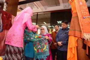 Menperin dan Ketua Umum Dekranas Mufidah Jusuf Kalla saat meninjau Pameran Wastra Tenun Nusantara di Jakarta (9/8). (Foto: Humas Kemenperin)