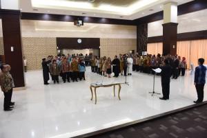 Waseskab Bistok Simbolon melantik 62 pejabat di lingkungan Sekretariat Kabinet, di aula Gedung III Kemensetneg, Jakarta, Jumat (5/8) siang. (Foto: Rahmat/Humas)