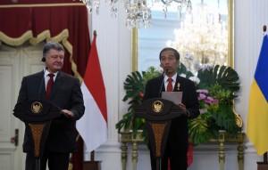 Presiden Jokowi dan Presiden Petro Poroshenko menyampaikan keterang pers bersama di Istana Merdeka, Jakarta (5/8). (Foto: Humas/Jay)