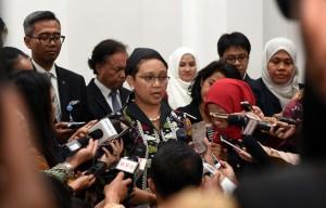 Menlu Retno menjawab pertanyaan wartawan usai pertemuan Presiden Jokowi dan Presiden Petro Poroshenko di Istana Merdeka, Jakarta (5/8). (Foto: Humas/Jay)