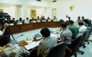 Presiden Jokowi saat memimpin ratas karhutla, Jumat (12/8) siang, di Kantor Presiden, Jakarta. (Foto: Humas/Rahmat)