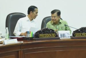 Presiden Jokowi dan Wapres Jusuf Kalla pada ratas mengenai holdingisasi BUMN, Jumat (12/8) sore, di Kantor Presiden, Jakarta. (Foto: Humas/Rahmat)