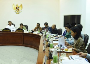Menteri BUMN Rini Soemarno dan sejumlah menteri lainnya saat mengikuti ratas mengenai holdingisasi BUMN, Jumat (12/8), di Kantor Presiden, Jakarta. (Foto: Humas/Rahmat)