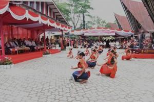 Presiden Jokowi disambut dengan tarian tradisional saat kunjungan kerja di Sumatera Utara (21/8). (Foto: Humas/Anggun).
