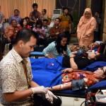 Penasehat DWP Setkab Hani Pramono melakukan donor darah, pada HUT DWP Setkab ke-1, Jumat (26/8), di Aula Serba Guna Gedung III Kemensetneg. (Foto: Humas/Jay)