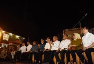 Presiden Jokowi dan sejumlah pejabat negara menyaksikan Panggung Air, di Pantai Bebas Parapat, Sabtu (20/8) malam. (Foto: Deny. S/Humas)