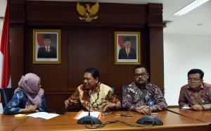 Bupati Bengkulu Utara saat mengikuti diskusi di lantai 4 Gedung Kemensetneg, Jakarta. (Foto: Humas/Jay)