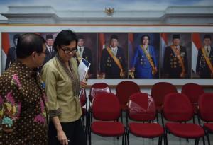 Menteri Keuangan Sri Mulyani Indrawati berjalan bersama Seskab Pramono Anung untuk menyampaikan keterangan pers, di kantor kepresidenan, Jakarta, Rabu (3/8) petang. (Foto: JAY/Humas)