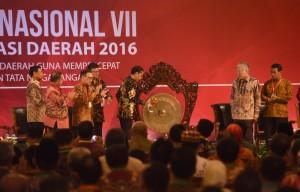 Presiden Jokowi memukul gong tanda dibukanya Rakornas VII TPID Tahun 2016 di Grand Sahid Jaya Hotel, Jakarta, Senin (4/8) pagi. (Foto: Humas/Jay)