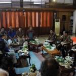 Presiden Jokowi berdialog dengan para budayawan di Galeri Nasional, Jakarta, Selasa (23/8) sore. (Foto: Humas/Jay)