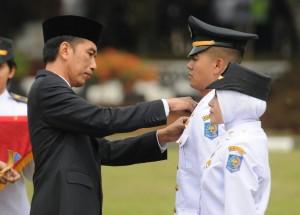 Presiden Jokowi saat melantik 2.143 Pamong Praja Muda lulusan Institut Pemerintahan Dalam Negeri (IPDN) angkatan ke-23 Tahun 2016, di kampus IPDN Jatinangor, Kabupaten Sumedang, Jawa Barat, Senin (8/8) pagi.
