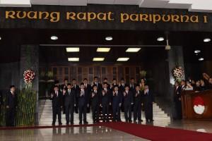 Presiden Jokowi berposes bersama pimpinan lembaga negara sebelum mengikuti sidang paripurna MPR RI, di Senayan, Jakarta, Selasa (16/8) pagi. (Foto: OJI/Humas)