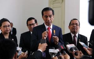 Presiden Jokowi didampingi Mensesneg, Seskab, dan Menlu, menjawab wartawan di Istana Merdeka, Jakarta, Rabu (3/8) pagi. (Foto: JAY/Humas)