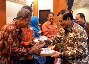 Seskab Pramono Anung saat menyerahkan door prize kepada pensiunan pegawai di lingkungan Istana Kepresidenan, Jumat (19/9) siang. (Foto: Humas/Agung)