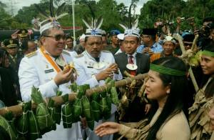 Gubernur Bengkulu Ridwan Mukti dan Bupati Bengkulu Utara Mian pada Festival Budaya menjelang Peringatan HUT ke-71Kemerdekaan RI, di Pulau Enggano, Rabu (17/8) pagi. (Foto: JAY/Humas)