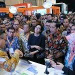 Presiden Jokowi meninjau pameran di IFFC, yang digelar di ICE, BSD, Tangerang, Banten, Selasa (30/8) pagi. (Foto: Humas/Jay)