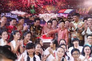 Gubernur Nurdin Basirun bersama para pejabat Pemprov Kepri dan wakil Pemerintah Singapura merayakan HUT Singapura, di Batam, Rabu (3/8) malam. (Foto: Humas Kepri)