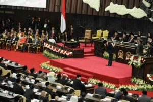 Presiden Jokowi memberi hormat kepada anggota DPR RI dan DPD RI sebelum menyampaikan pidato kenegaraan, di di Gedung Nusantara MPR/DPR/DPD-RI, Jakarta, Selasa (16/8) siang. (Foto: Rahmad/Humas)