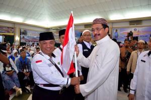 Gubernur Kepri saat melepas kloter pertama calon jamaah haji di Kepri (8/8). (Foto:Humas Kepri)