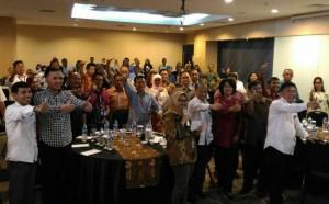 Dirjen IKP Kominfo dan Sesmen Desa, PDT, dan Transmigrasi berfoto bersama peserta Forum Tematik Bakohumas tentang Dana Desa (23/8).