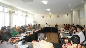 Pertemuan Komisi II DPR RI dengan Pemprov Bengkulu beserta bupati dan wakil bupati serta SKPD di seluruh Bengkulu, Kamis (11/8) siang, di Kantor Gubernur Bengkulu. (Foto: Humas/Jay)