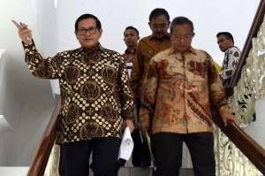 Menko Perekonomian Darmin Nasution didampingi Seskab Pramono Anung sebelum menyampaikan keterangan tentang PKE XIII, di kantor kepresidenan, Jakarta, Rabu (24/8) sore. (Rahmad/Humas)