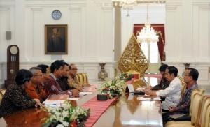 Presiden Jokowi saat menerima Komisioner KPU di Istana Merdeka, Jakarta, Selasa (9/8) pagi. (Foto: Humas/Jay)