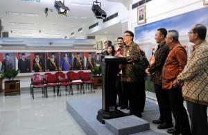 Mendagri dan KPU menyampaikan keterangan kepada pers di Kantor Presiden, Jakarta (9/8). (Foto: Humas/Jay)