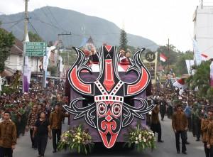 Presiden Jokowi didampingi Ibu Negara Iriana ikut langsung Karnaval Kemerdekaan Pesona Danau Toba, di Balige, Toba Samosir, Sumut, Minggu (21/8) sore. (Foro: Anggun/Humas)