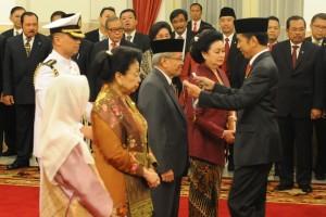 Presiden Jokowi memberikan Tanda Kehormatan RI kepada budayawan Taufik Ismail, di Istana Negara, Jakarta, Senin (15/8) siang. (Foto; Deny S/Humas)