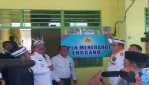 Gubernur Bengkulu Ridwan Mukti didampingi Bupati Bengkulu Utara Mi'an meninjau pelayanan PT PLN (Persero) di Pulau Enggano, Rabu (17/8) lalu