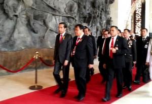 Presiden Jokowi didamping Ketua MK Arief Hidayat pada Peresmian Kongres ke-3 MK se_Asia, Kamis (11/8) pagi, di Bali. (Foto: Setkab/Indra K)