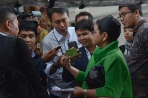 Menlu Retno Marsudi menjawab wartawan di halaman Istana Merdeka, Jakarta, Selasa (2/8) petang. (Foto: Oji/Humas)