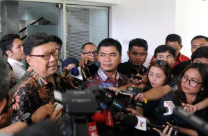 Mendagri menjawab pertanyaan wartawan usai mendampingi Presiden Jokowi menerima komisioner KPU, di Istana Merdeka, Jakarta, Selasa (9/8) pagi. (Foto: Humas/Jay)
