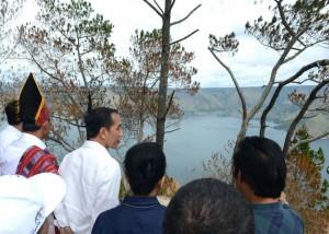 Presiden Jokowi meninjau keindahan kawasan wisata Desa Parulohan, di Kab. Humbang Hasundutan, Senin (22/8) siang. (Foto: Kris/BPMI)