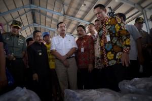Menko Kemaritiman saat meresmikan PT Dua Putra Utama Makmur, Tbk, Juwana, Pati, Jawa Tengah, Rabu (10/8) siang. (Foto: Humas/Oji)
