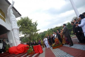 Presiden Jokowi meresmikan patung pendiri IPDN, Bung Karno, di kampus IPDN, kawasan Jatinangor, Kab. Sumedang, Jawa Barat, Senin (8/8) siang