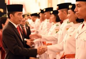 Presiden Jokowi memberikan salam kepada Paskibraka 2016 yang baru dikukuhkannya, di Istana Negara, Jakarta, Senin (15/8) siang. (Foto: Rahmad/Humas)