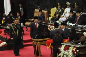 Presiden Jokowi menyerahkan draft RAPBN 2017 kepada Ketua DPR Ade Komarudin dan Ketua DPD Irman Gusman, pada rapat paripurna DPR RI, Selasa (16/8) sore. (Foto: OJI/Humas)