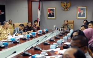 Deputi Administrasi Seskab Farid Utomo memimpin rapat pembentukan kelompok kerja Evaluasi SAKIP dan RB, di lantai 2 Gedung III Kemensetneg, Jakarta, Jumat (5/8) pagi. (Foto: JAY/Humas)