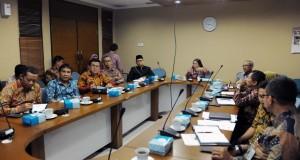 Deputi Bidang Kemaritiman Seskab Ratih Nurdiati memimpin rapat pembangunan PPKT, di lantai III Gedung III Kemensetneg, Jakarta, Jumat (5/8) pagi. (Foto: JAY/Humas)