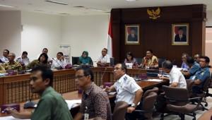 Deputi Bidang Kemaritiman Seskab Ratih Nurdiati didampingi Bupati Bengkulu Utara Mian memimpin rapat membahas pembangunan Pulau Enggano, di Gedung III lantai IV Kemensetneg, Jakarta, Senin (8/8) siang