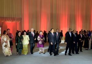 Presiden Jokowi didampingi Ibu Negara Iriana berjalan bersama para pimpinan delegasi WIEF guna mengikuti jamuan santap malam, di Exhibition Hall, JCC Jakarta, Selasa (2/8) malam. (Foto: Cahyo/Setpres)